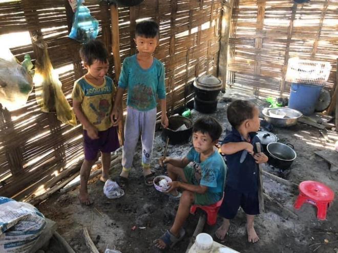 Xót xa hình ảnh 4 đứa bé nhem nhuốc, ăn cơm nguội với ve sầu tại Đăk Lăk  2