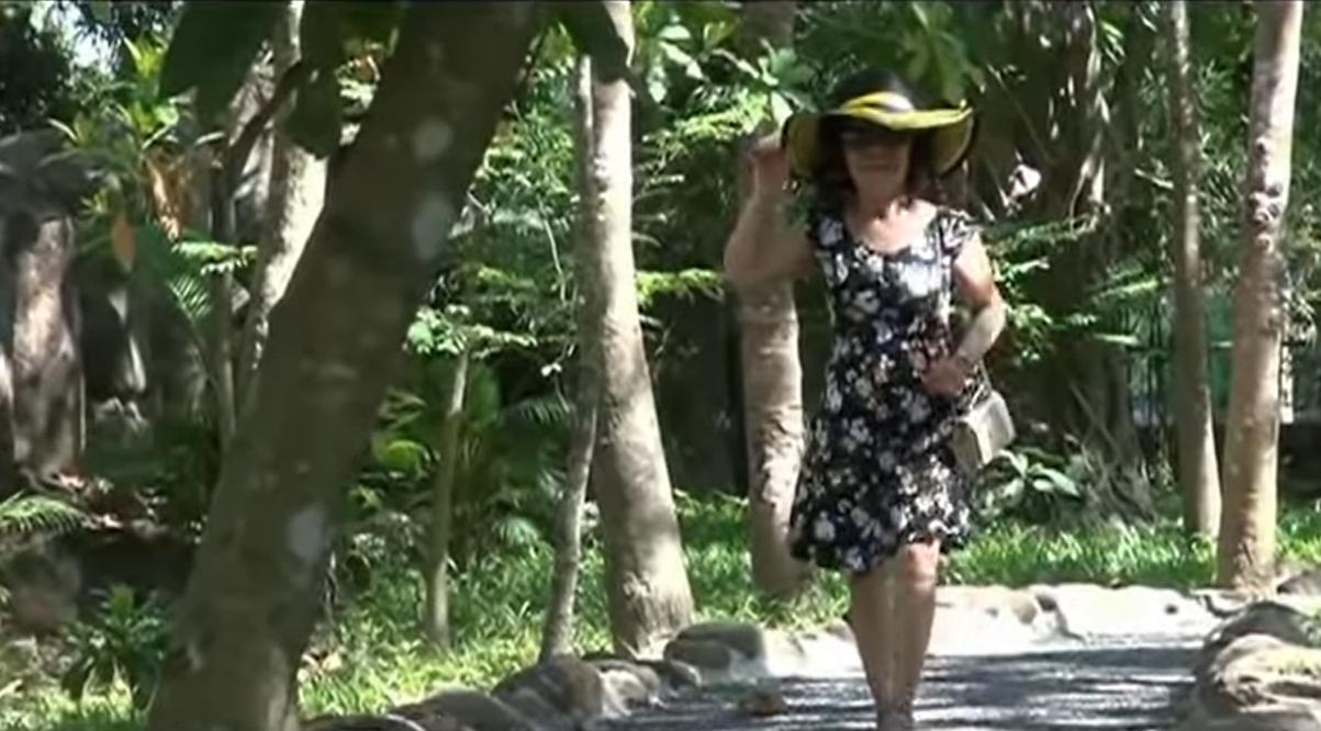 Bỏ sau lưng mọi thị phi, cô dâu 65 tuổi cho ra MV đầu tay 4