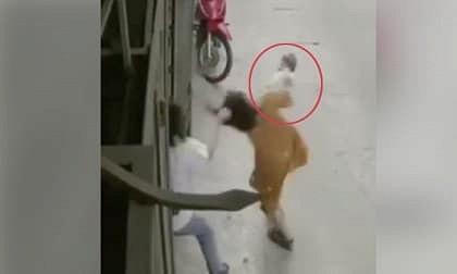 Đang bế con, người vợ bị chồng giật tóc hành hung khiến cháu bé rơi đập đầu xuống đất 2