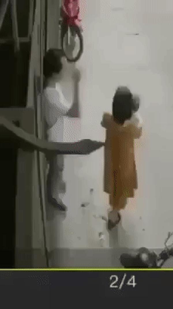 Đang bế con, người vợ bị chồng giật tóc hành hung khiến cháu bé rơi đập đầu xuống đất 1