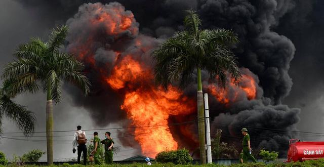 Chủ tịch Hà Nội yêu cầu công khai nồng độ hóa chất sau vụ cháy ở Long Biên 1