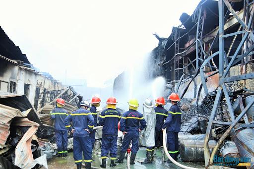 Chủ tịch Hà Nội yêu cầu công khai nồng độ hóa chất sau vụ cháy ở Long Biên 2
