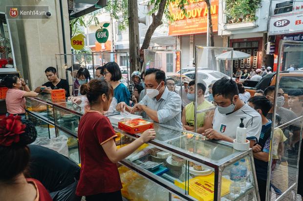 Tiệm bánh trung thu hot nhất Hà Nội bị tố 2 lần liên tiếp trong 3 ngày, dân tình xôn xao nghi ngờ về chất lượng bánh 1