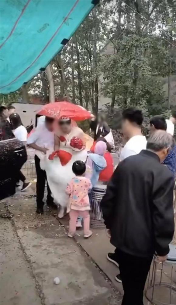 Tin tức mạng xã hội hot nhất ngày 02/10: Chị em thân thiết mừng cưới 1 chỉ vàng giả, màn tán gái 1 câu nhận ngay 25k like 3