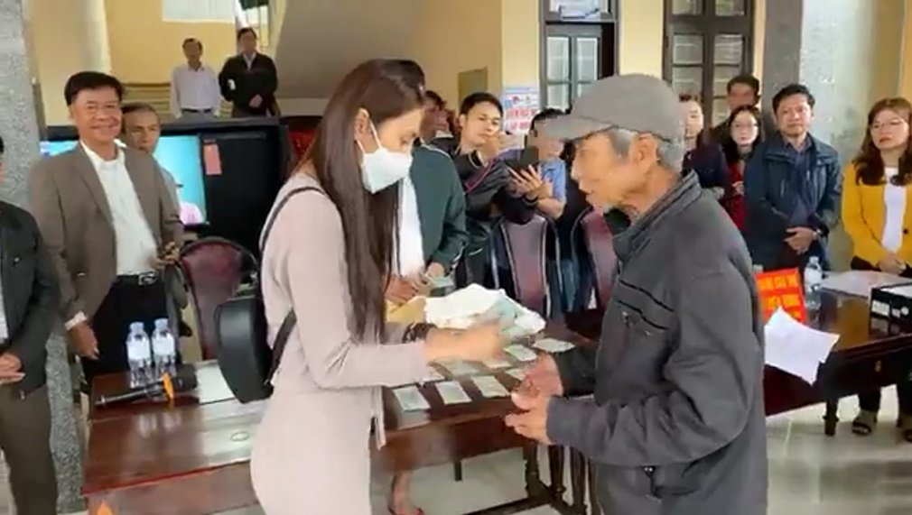 Bị anti fan liên tục phản đối Thủy Tiên, nhãn hàng đầu tiên lên tiếng  5