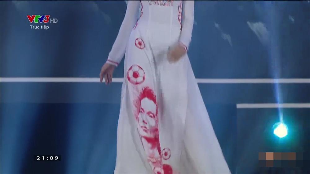 Tranh cãi loạt áo dài của Hoa hậu Việt Nam 2020 in hình Quang Hải, Công Phượng ở vị trí nhạy cảm 6