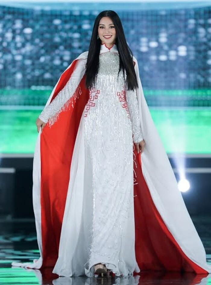 Tranh cãi loạt áo dài của Hoa hậu Việt Nam 2020 in hình Quang Hải, Công Phượng ở vị trí nhạy cảm 3