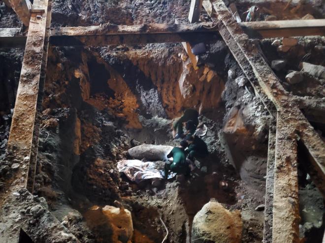 Hà Nội: Phát hiện quả bom lớn ở công trình xây dựng, khoanh vùng phong tỏa cả khu phố  1