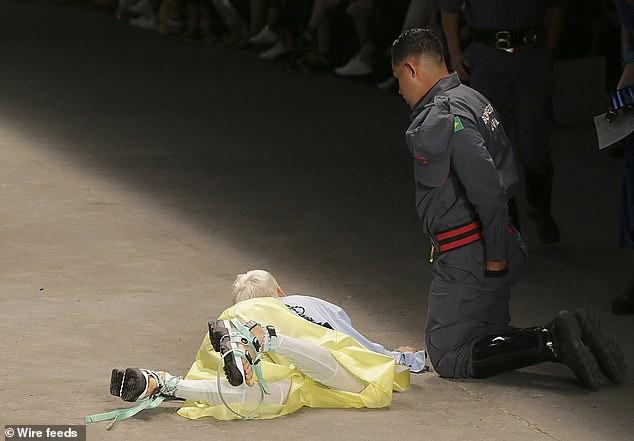 Mẫu nam đột tử sau khi vấp ngã trên sàn catwalk 2
