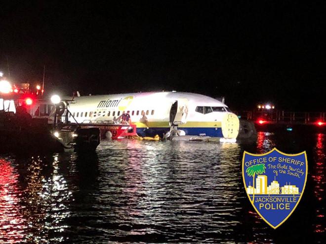 Máy bay Mỹ chở 142 hành khách rơi xuống sông 1