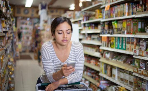 Đừng sử dụng điện thoại khi đi mua sắm nếu không muốn 'bị móc túi' 1