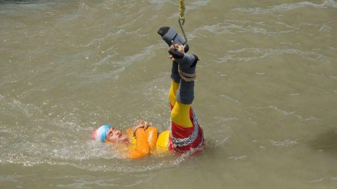 Làm ảo thuật dưới sông Hằng, pháp sư Ấn Độ biến mất không tăm tích 1