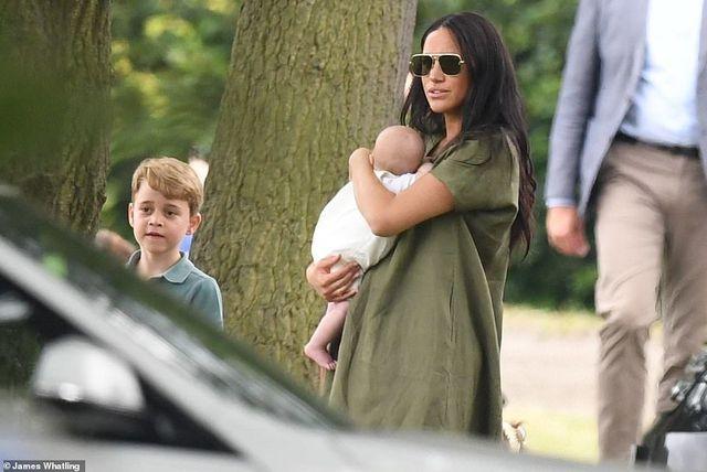 Bế con đi xem chồng chơi polo, Meghan lại bị chỉ trích vì điều này 3