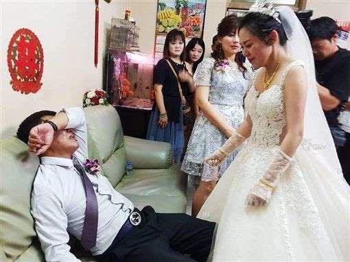 Ngày con gái đi lấy chồng, bố bật khóc nói một câu khiến ai cũng ngấn lệ 2