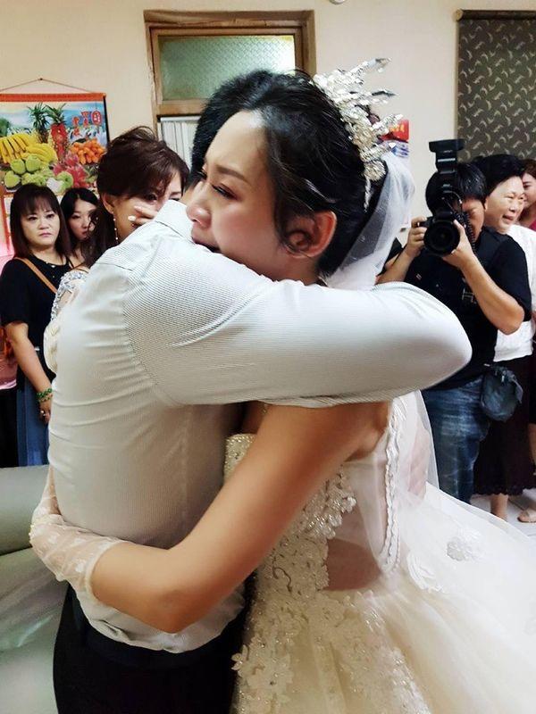 Ngày con gái đi lấy chồng, bố bật khóc nói một câu khiến ai cũng ngấn lệ 3