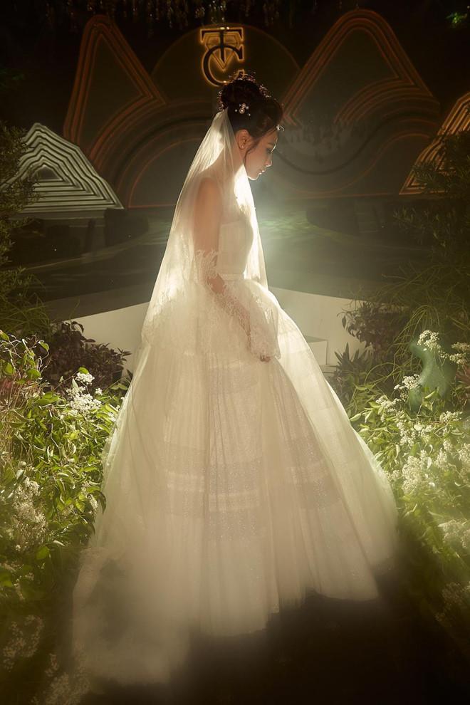 Mãn nhãn với 3 bộ váy Đàm Thu Trang diện trong ngày cưới  2