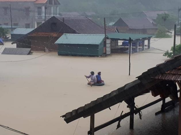 Xót xa cảnh hàng nghìn nóc nhà tại Quảng Bình lũ ngập trắng xóa 3
