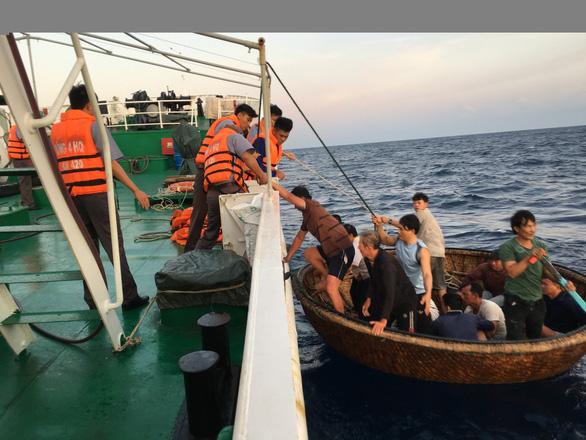 41 ngư dân sống sót sau 30 giờ ôm can nhựa lênh đênh trên biển 1