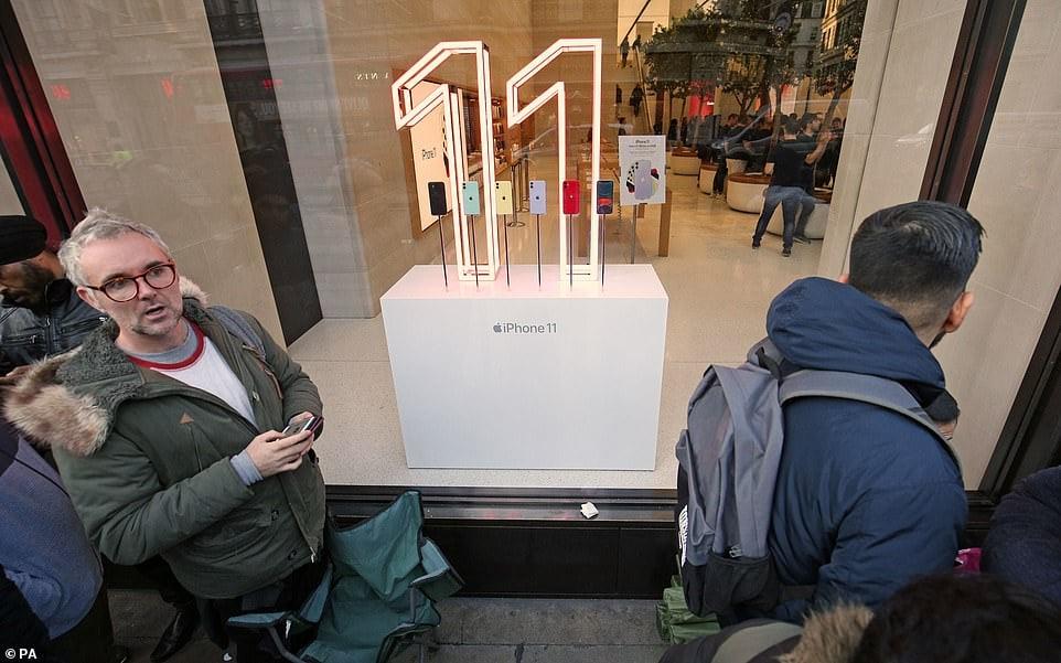 Để sở hữu iPhone 11, fan Apple khắp thế giới xếp hàng qua đêm 11