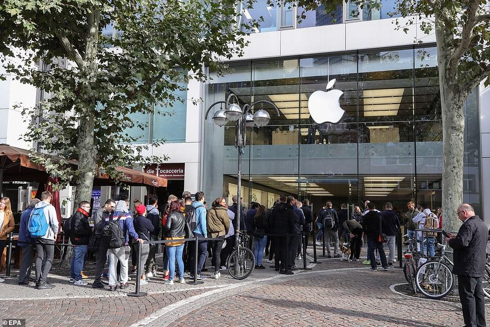 Để sở hữu iPhone 11, fan Apple khắp thế giới xếp hàng qua đêm 10