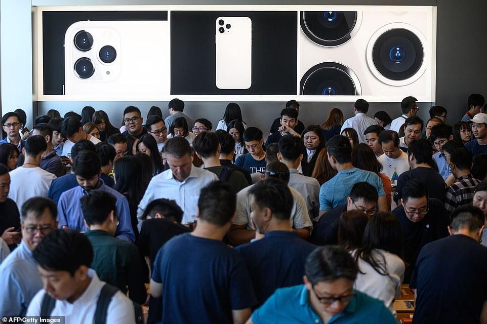 Để sở hữu iPhone 11, fan Apple khắp thế giới xếp hàng qua đêm 12