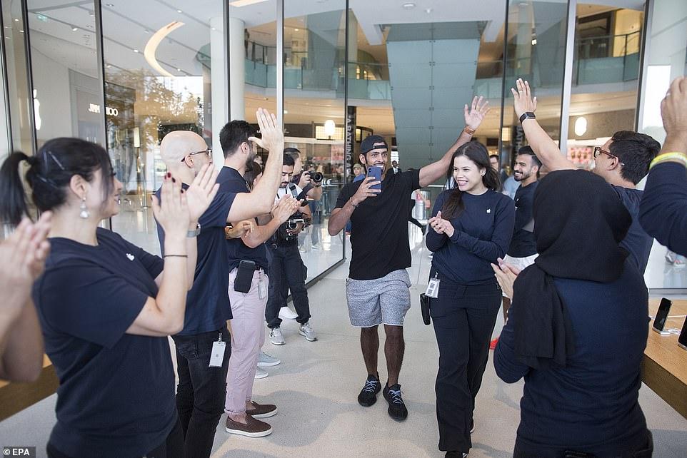 Để sở hữu iPhone 11, fan Apple khắp thế giới xếp hàng qua đêm 4