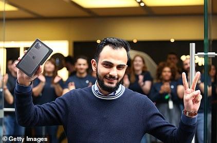 Để sở hữu iPhone 11, fan Apple khắp thế giới xếp hàng qua đêm 8