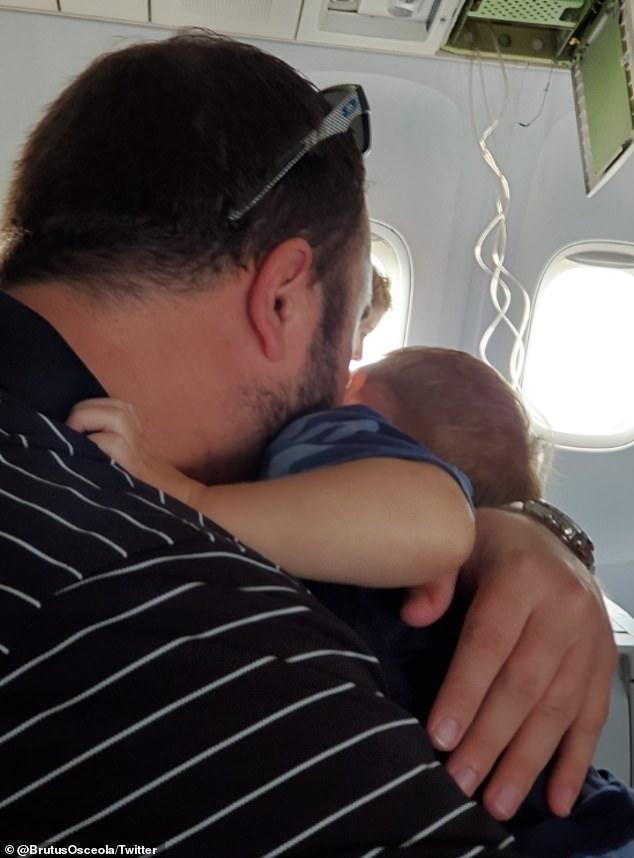 Máy bay rơi từ độ cao hơn 11.000m, hành khách vĩnh biệt người thân 2