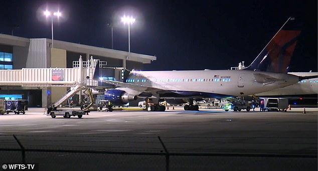 Máy bay rơi từ độ cao hơn 11.000m, hành khách vĩnh biệt người thân 6