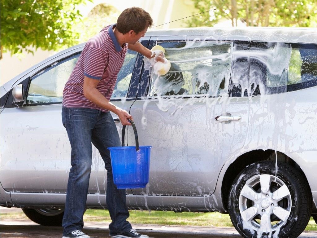 Cuối tuần rồi, ở nhà tự rửa ô tô, cần tránh những gì? 6