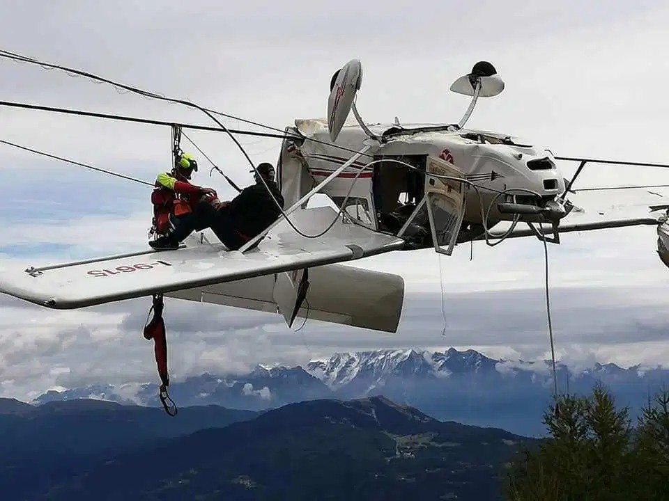 Máy bay đâm vào cáp treo, phi công và hành khách thoát chết kỳ diệu 1