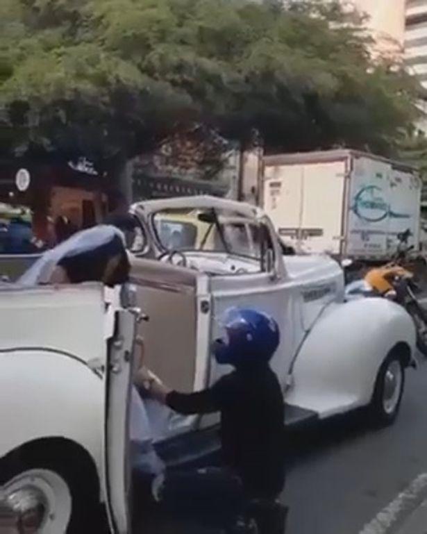 Chàng trai chặn xe dâu, quỳ gối cầu xin bạn gái cũ đừng kết hôn 1