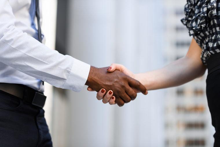 Bắt tay mạnh hay yếu tiết lộ bí mật sức khỏe của bạn 1