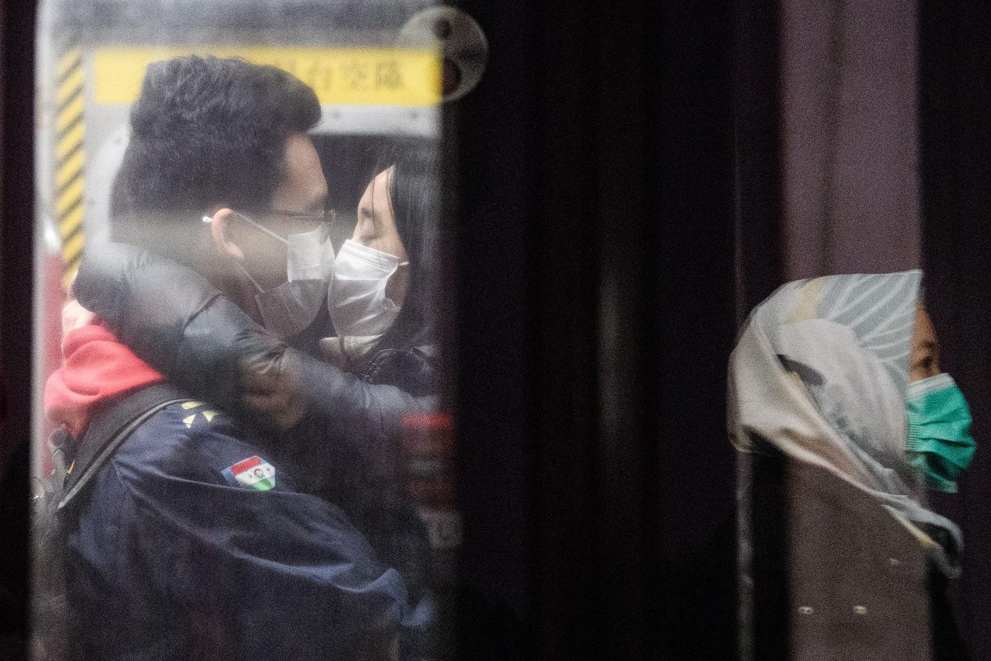 Những nụ hôn mùa Valentine thời corona 9