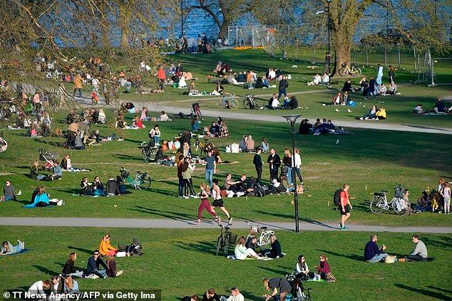 Trải qua ngày đen tối nhất, người dân Thụy Điển vẫn tụ tập tắm nắng, ăn hàng 1