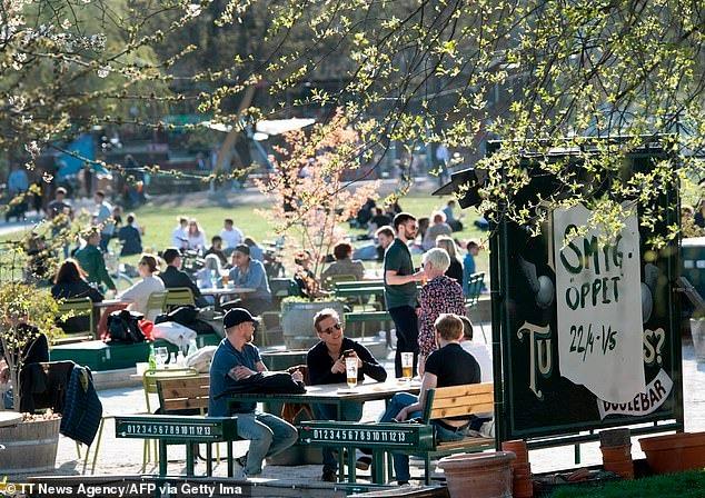 Trải qua ngày đen tối nhất, người dân Thụy Điển vẫn tụ tập tắm nắng, ăn hàng 2