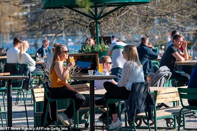 Trải qua ngày đen tối nhất, người dân Thụy Điển vẫn tụ tập tắm nắng, ăn hàng 4