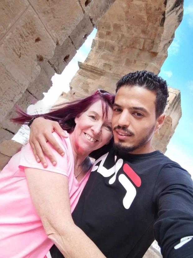 Cô dâu 62 tuổi cảm mến chồng trẻ ngay lần đầu trò chuyện trên Facebook 4