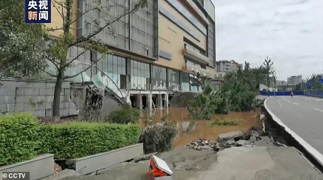Hố 'tử thần' nuốt chửng 21 xe ô tô tại Trung Quốc sau mưa lớn 2