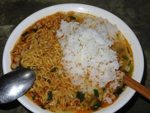 برنج سرد ، پر از رشته فرنگی میگو و غذاهای کودکانه