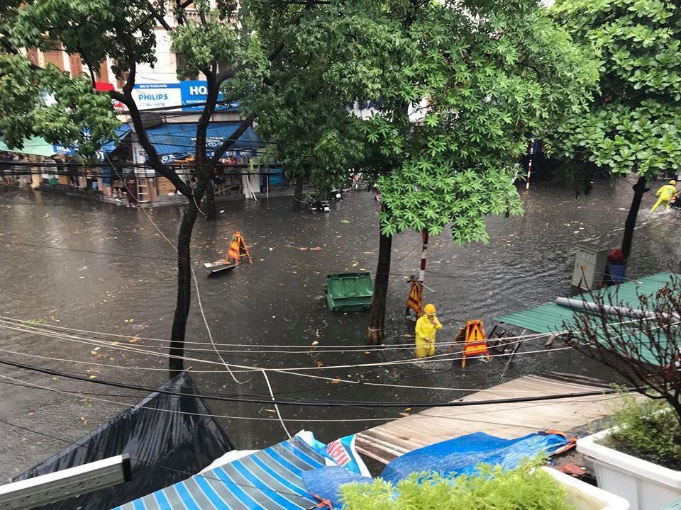 Hà Nội mưa lớn, nhiều tuyến phố 'chìm' trong biển nước 7