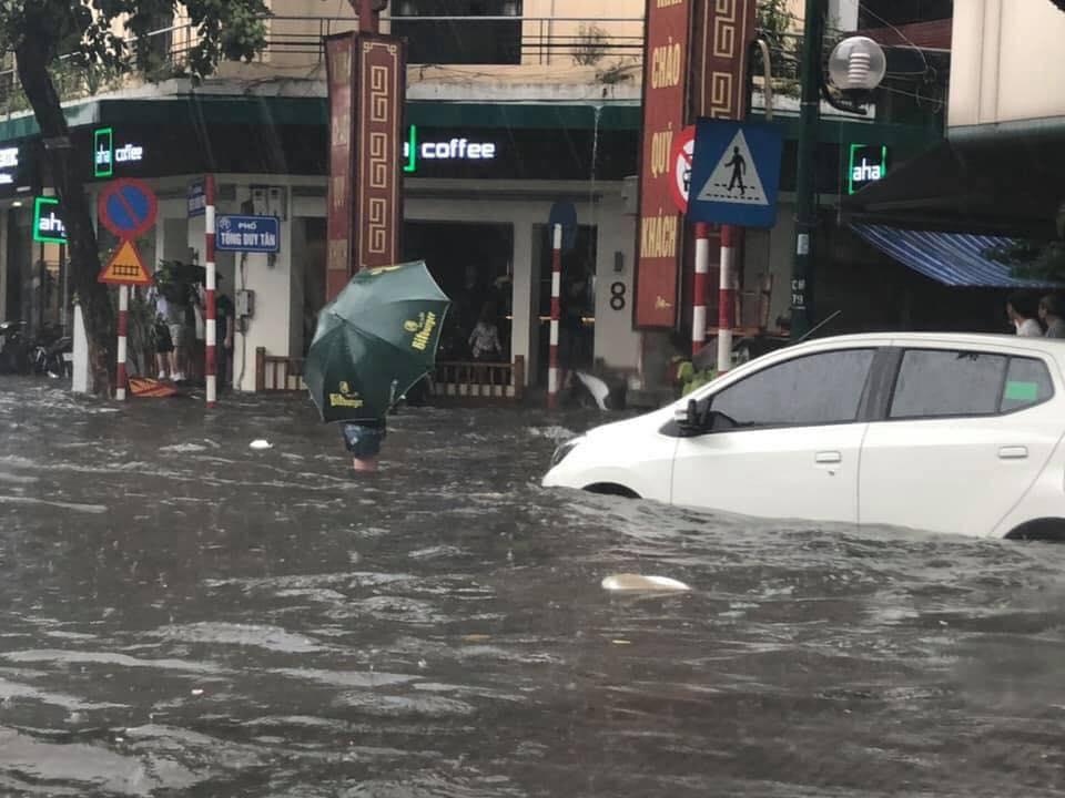 Hà Nội mưa lớn, nhiều tuyến phố 'chìm' trong biển nước 2