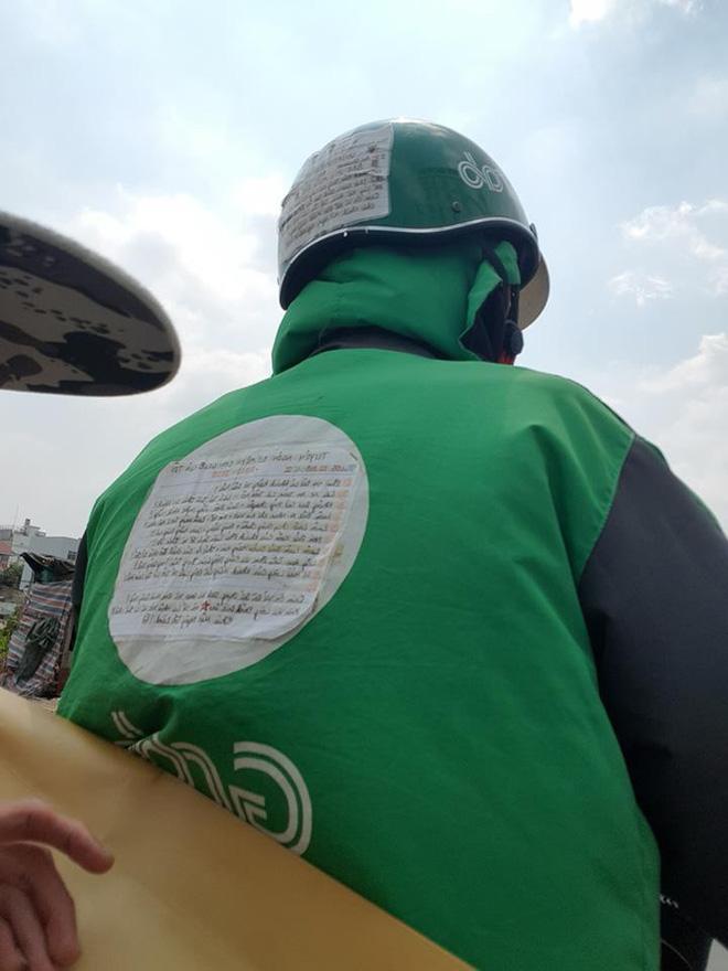 Chàng trai chạy Grab và mảnh giấy dán sau lưng khiến cả MXH phải tò mò tìm đọc 3