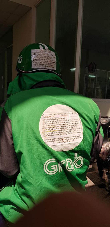 Chàng trai chạy Grab và mảnh giấy dán sau lưng khiến cả MXH phải tò mò tìm đọc 4