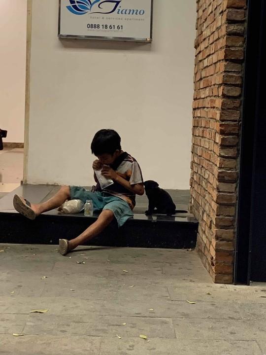 Xúc động hình ảnh cậu bé chia đôi gói sữa, ngồi trên vỉa hè bón cho chú chó nhỏ  2