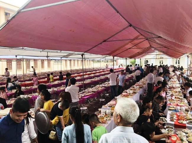 Hàng trăm mâm cỗ thịnh soạn với 20 món trong bữa tiệc làng quê, đặc biệt nhất là món tráng miệng 1