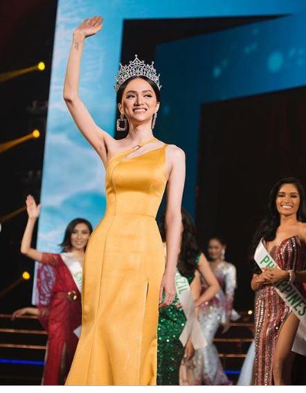 Hoa hậu Hương Giang khoe vẻ đẹp hút hồn trước thời khắc cận kề chuyển giao vương miện 9
