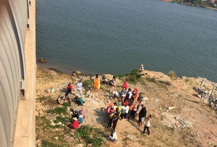 Tá hỏa phát hiện thi thể nữ sinh 2000 nổi trên sông, nghi tự tử vì tình 2