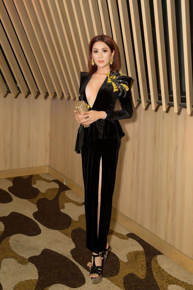 Lâm Khánh Chi 'thả rông' táo bạo, 'đốt mắt' fan khi đón Hoa hậu Siêu quốc gia 2018 tới Việt Nam 1