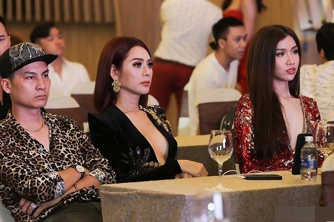 Lâm Khánh Chi 'thả rông' táo bạo, 'đốt mắt' fan khi đón Hoa hậu Siêu quốc gia 2018 tới Việt Nam 2